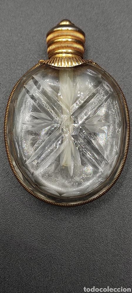 ANTIGUA MINIATURA DE PERFUMERO EN METAL Y CRISTAL DE MOLDE CON TALLA. VER FOTOS (Antigüedades - Cristal y Vidrio - Otros)