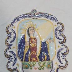 Antigüedades: ESPECTACULAR BENDITERA ANTIGUA DE CERÁMICA VIRGEN DE LOS DOLORES PINTADA A MANO Y FIRMADA. Lote 262433640