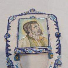 Antigüedades: PRECIOSA BENDITERA ANTIGUA DE CERÁMICA SAN FRANCISCO JAVIER PINTADA A MANO Y FIRMADA. Lote 262435585