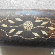 Antigüedades: CAJA DE MADERA CON INCRUSTACIONES. Lote 262452510