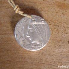 Antigüedades: MEDALLA CONMEMORATIVA ENTRONITZACIÓ MORENETA A CAVALL BERNAT 1956. MONTSERRAT . ALUMINI. Lote 262478725
