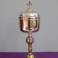 Antigüedades: COPÓN EUCARÍSTICO ELABORADO EN METAL PLATEADO Y DORADO. SIGLO XIX. MIDE 29 CM.. Lote 262482650