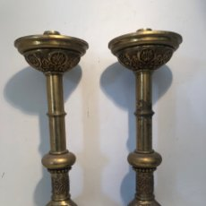 Antigüedades: PAREJA DE CANDELABROS DE ALTAR ANTIGUOS DE BRONCE GRANDES.. Lote 262518810