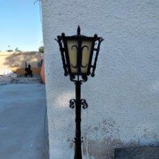 Antigüedades: ANTIGUA LAMPARA DE FORJA PARA JARDÍN, PIE ALTO MUY TRABAJADO.. Lote 262644115