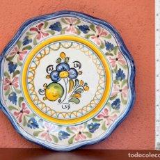 Antigüedades: PLATO EN CERÁMICA VIDRIADA DE TALAVERA. MOTIVOS FLORALES.. Lote 262713135