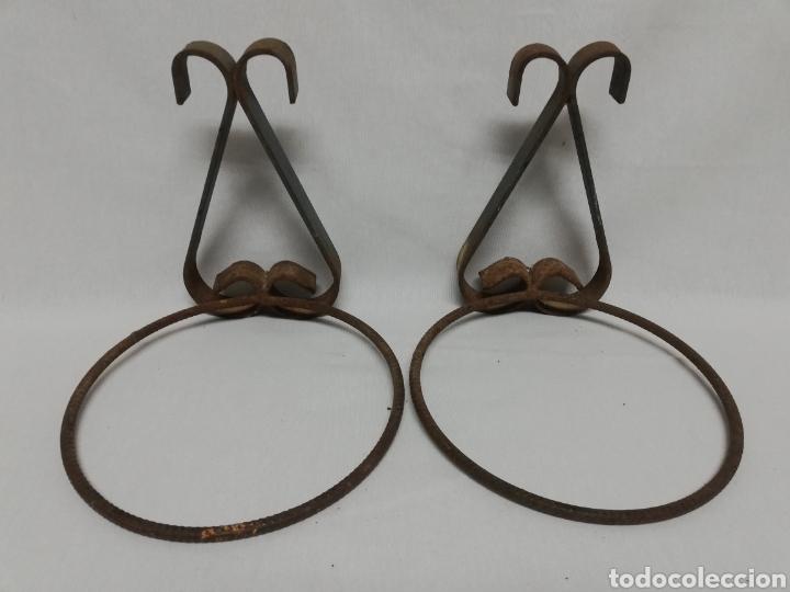 DOS MACETEROS DE PARED EN HIERRO FORJA. COLGADOR (Antigüedades - Hogar y Decoración - Maceteros Antiguos)