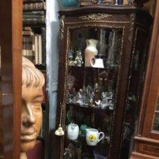 Antigüedades: VITRINA LUIS XV,EN MADERA Y REMATES EN BRONCE-RECOGER EN DOMICILIO. Lote 262740705