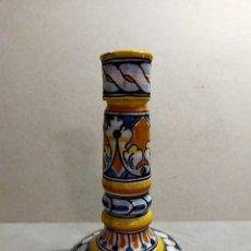 Antigüedades: CANDELERO O CANDELABRO DE 1 LUZ DE CERAMICA DE TALAVERA NIVEIRO, 18 CM.. Lote 262760415