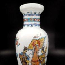 Antigüedades: ELEGANTE JARRÓN DE PORCELANA CON BONITOS MOTIVOS DECORATIVOS ORIENTALES. 27 CM.. Lote 262763775