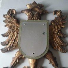 Antigüedades: BONITO ESPEJO EN FORMA DE ESCUDO CON MARCO DE MADERA ÁGUILA IMPERIAL O BICÉFALA. DORADO. 79 X 59 CM.. Lote 262773980