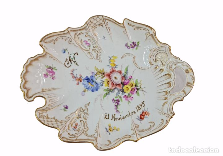 BANDEJA CENTRO DE MESA. 1895. PORCELANA DRESDEN. 25X20X4.5CM (Antigüedades - Porcelana y Cerámica - Alemana - Meissen)