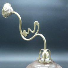 Antigüedades: GRAN APLIQUE /LAMPARA MODERNISTA EN LATON Y BRONCE CON TULIPA ASALMONADA. Lote 262855405