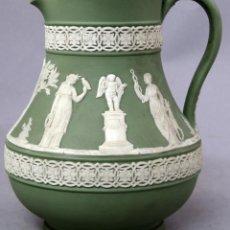 Antigüedades: JARRA DE PORCELANA JASPE VERDE WEDGWOOD DECORACIÓN EN RELIEVE SIGLO XX. Lote 262880475