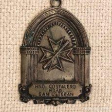 Antigüedades: SEMANA SANTA SEVILLA. MEDALLA / MEDALLÓN HERMANO COSTALERO HERMANDAD DE SAN ESTEBAN. Lote 262891695