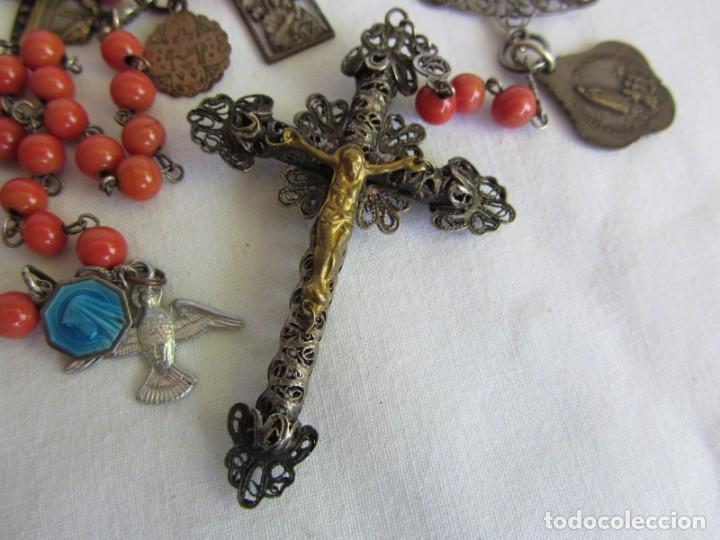 Antigüedades: Rosario con cuentas de vidrio y filigrana de plata con muchas medallas - Foto 2 - 262911865