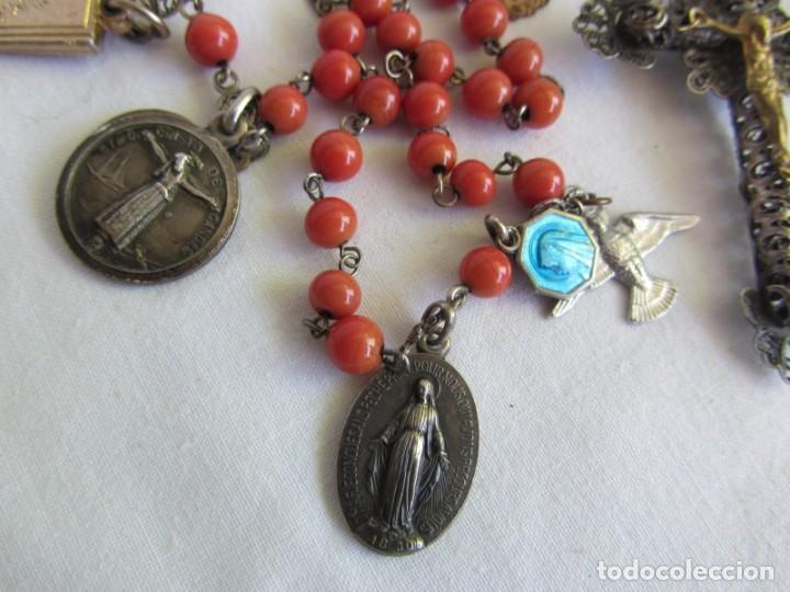 Antigüedades: Rosario con cuentas de vidrio y filigrana de plata con muchas medallas - Foto 3 - 262911865