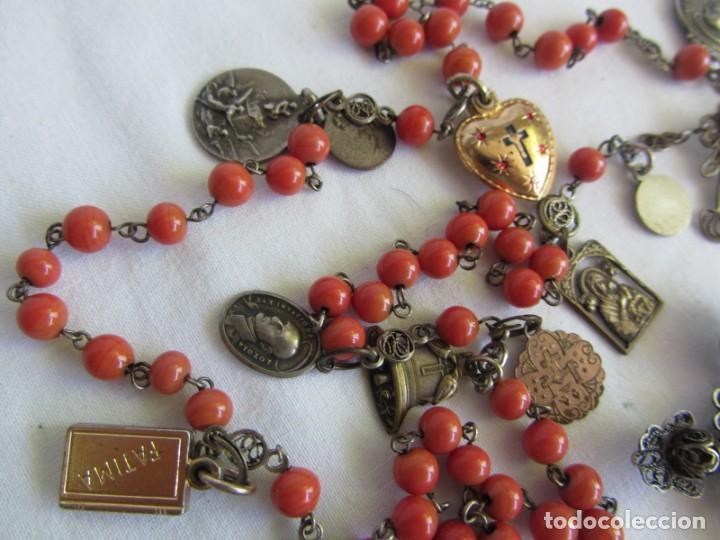 Antigüedades: Rosario con cuentas de vidrio y filigrana de plata con muchas medallas - Foto 4 - 262911865