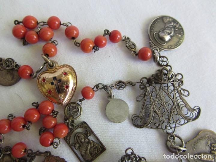 Antigüedades: Rosario con cuentas de vidrio y filigrana de plata con muchas medallas - Foto 5 - 262911865