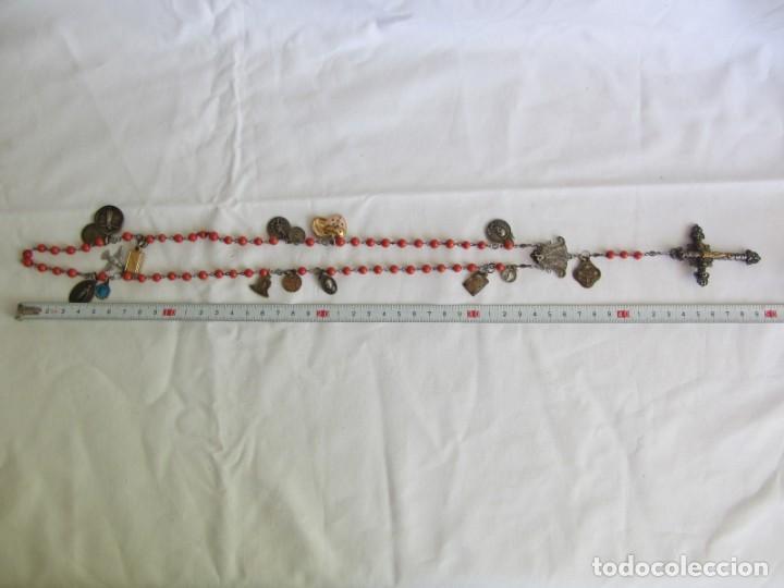 Antigüedades: Rosario con cuentas de vidrio y filigrana de plata con muchas medallas - Foto 6 - 262911865