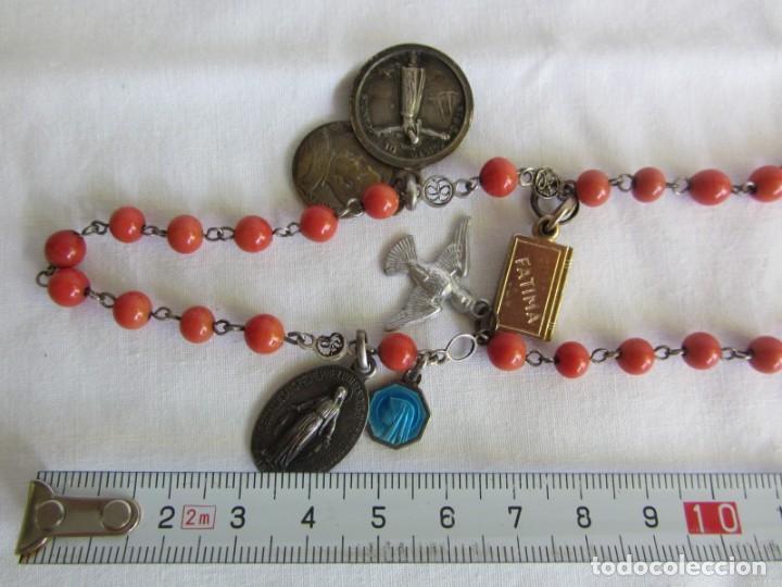 Antigüedades: Rosario con cuentas de vidrio y filigrana de plata con muchas medallas - Foto 10 - 262911865