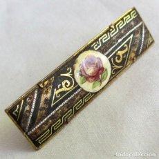 Antigüedades: ANTIGUA PINZA DE CORBATA DAMASQUINADA CON PORCELANA CON ROSA. Lote 262912470