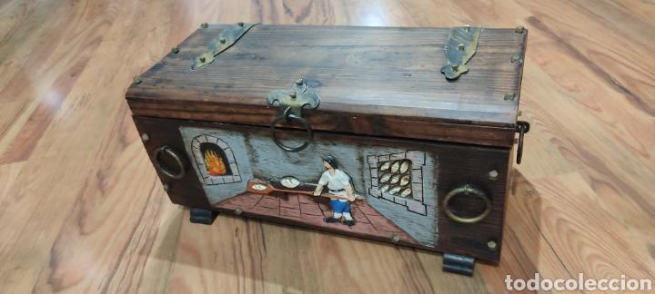 Antigüedades: Baúl o cofre en madera tallada con escena de artesano panadero y herrajes y clavos. - Foto 4 - 262913835