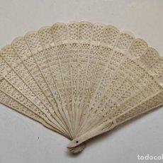 Antigüedades: ABANICO DE BARAJA CHINO EN HUESO DIMENSIONES: ALTURA DESDE EL CENTRO 19 CM. ABIERTO 31CM.. Lote 262941445