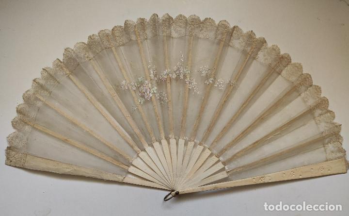 Antigüedades: Abanico de novia grande, país de seda y encaje pintado a mano. Varillaje de hueso. - Foto 2 - 262942110