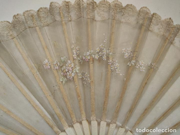 Antigüedades: Abanico de novia grande, país de seda y encaje pintado a mano. Varillaje de hueso. - Foto 3 - 262942110