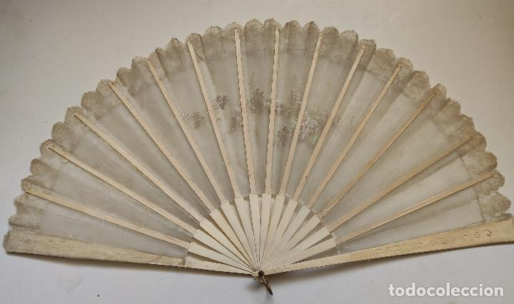 Antigüedades: Abanico de novia grande, país de seda y encaje pintado a mano. Varillaje de hueso. - Foto 4 - 262942110