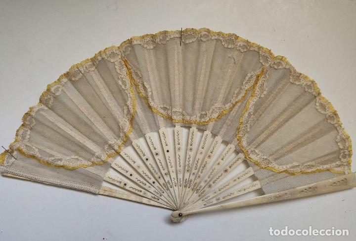ABANICO PARA NOVIA DE ENCAJE. VARILLAJE DE HUESO. (Antigüedades - Moda - Abanicos Antiguos)