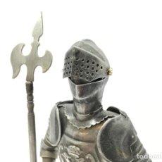 Antigüedades: ANTUGUA FIGURA DE GUERRERO CON ARMADURA METAL. Lote 262944165