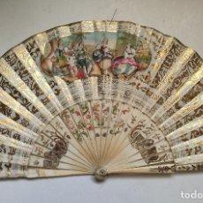 Antigüedades: ABANICO, PAÍS DE PAPEL LITOGRAFIADO POR UNA CARA Y PINTADO A MANO POR LA OTRA. VARILLAJE MARFIL. Lote 262946465