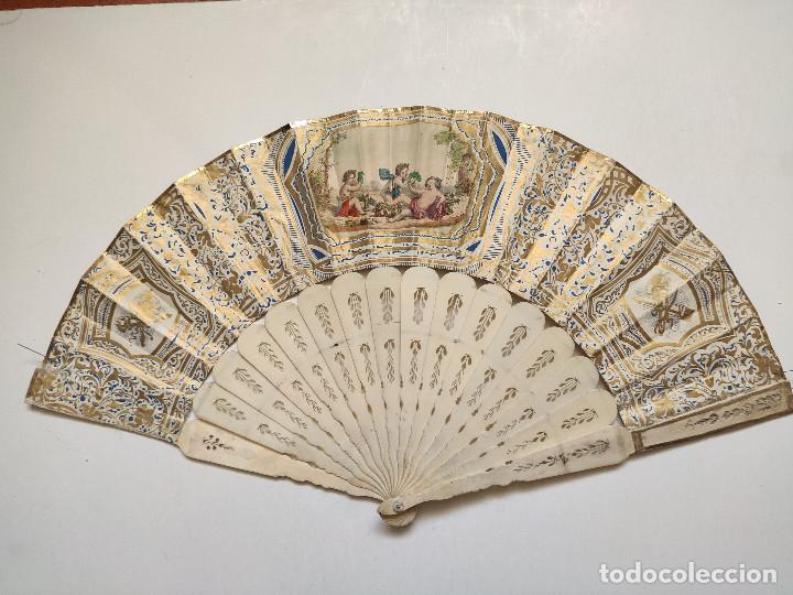 Antigüedades: Abanico isabelino. País de papel litografiado. Varillaje de hueso. - Foto 2 - 262947280