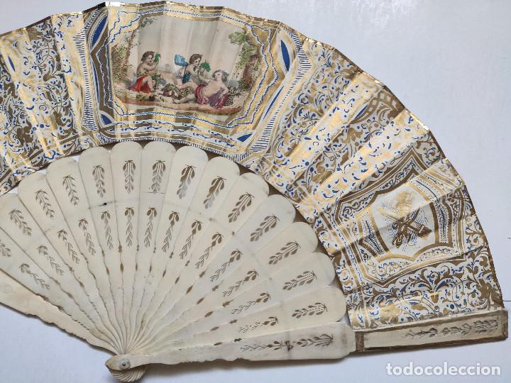 Antigüedades: Abanico isabelino. País de papel litografiado. Varillaje de hueso. - Foto 3 - 262947280