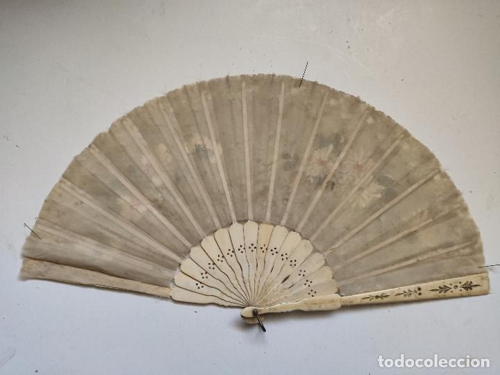 Antigüedades: Abanico de organza y encaje pintado a mano. Varillaje de hueso - Foto 2 - 262944675