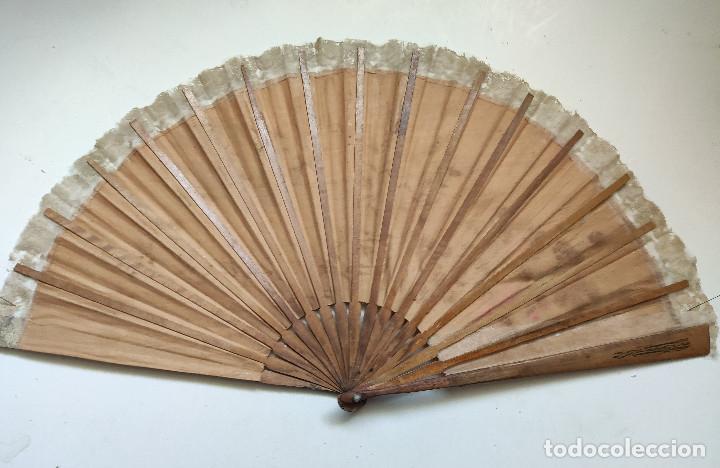 Antigüedades: Abanico grande. Varillaje de madera y país de tela y encaje pintado a mano. - Foto 2 - 262945355