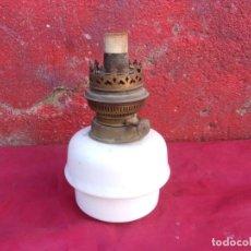 Antigüedades: BONITO DEPOSITO QUINQUE OPALINA BLANCA Y CON MECHA. Lote 262957670