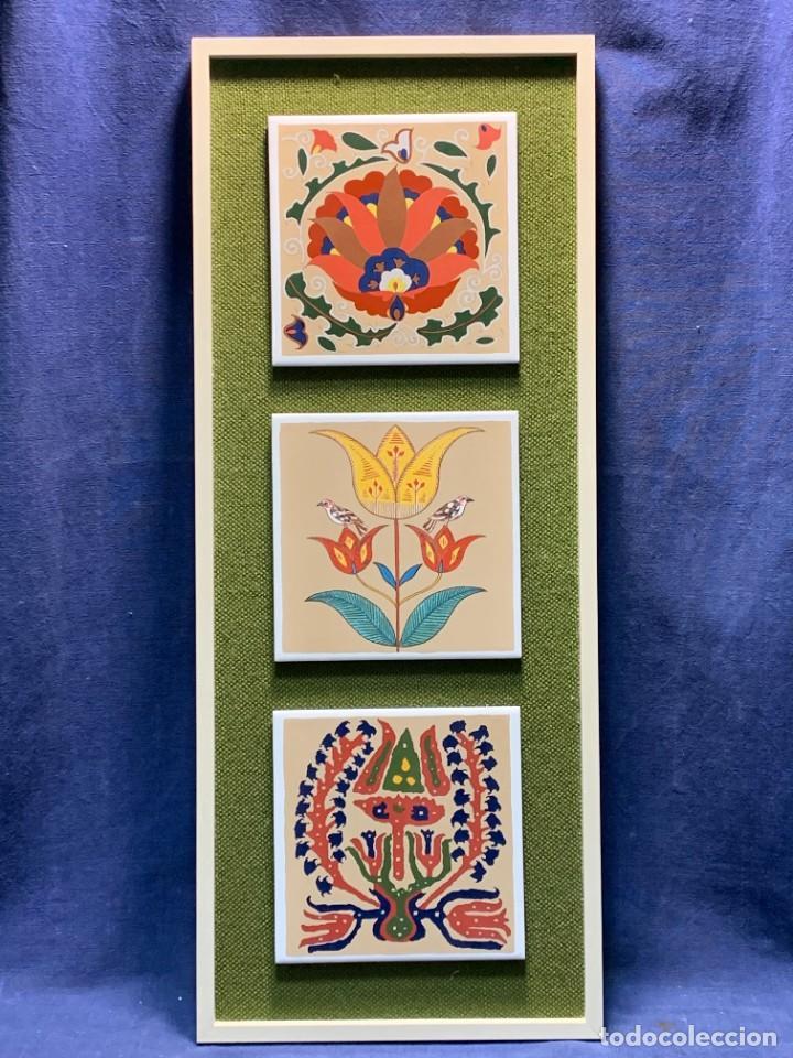 TRES AZULEJOS DISEÑO DECORATIVOS IMPRESOS SERIGRAFIA MOTIVOS VEGETALES MACARRON ENMARCADOR 61X25CMS (Antigüedades - Porcelanas y Cerámicas - Azulejos)