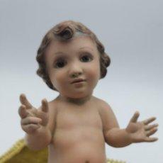 Antigüedades: FIGURA DE NIÑO DIOS SOBRE PRECIOSO TAPETE. 22 CM.. Lote 263029120
