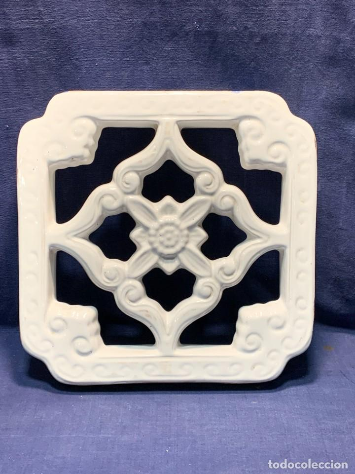 LADRILLO PIEZA CELOSIA CERAMICA VIDRIADA BLANCO CHINA ASIA MITAD S XX 29,5X30CMS (Antigüedades - Porcelanas y Cerámicas - China)