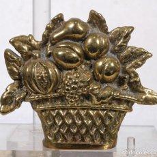 Antigüedades: SUJETALIBROS EN METAL DORADO CON FORMA DE CESTO CON FRUTAS. Lote 263048025