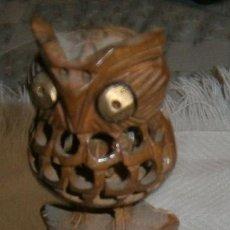 Antigüedades: TOTEM CON BUHOS EN MADERA Y METAL 16 CMS DE ALTO. Lote 263054785