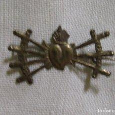 Antigüedades: ANTIGUO BROCHE DE AGUJA DEL SAGRADO CORAZON SIETE ESPADAS. Lote 263103810