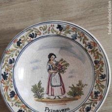 Antigüedades: PRECIOSO PLATO POLICROMADO DE BANYOLES. REPRODUCCIÓN DEL SIGLO XVIII. 28,5CM. PRIMAVERA.. Lote 263169230