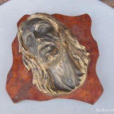 Antigüedades: ANTIGUA CABEZA BUSTO CRISTO JESUCRISTO LATON..BRONCE.. CON BASE DE MADERA-FIRMADO. Lote 263214015