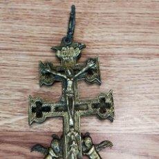 Antigüedades: ANTIGUA CRUZ DE CARAVACA DOBLE EN BRONCE. Lote 263303100