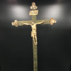 Antigüedades: ESCULTURA ANTIGUA RELIGIOSA - ANTIGUO CRISTO DE ESTAÑO EN CRUZ Y PEANA DE MADERA. Lote 263530795