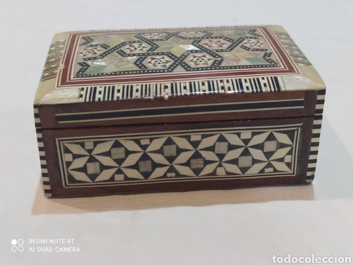 Antigüedades: Preciosa caja joyero antigua de madera de marquetería con incrustaciones en nácar - Foto 2 - 263533925