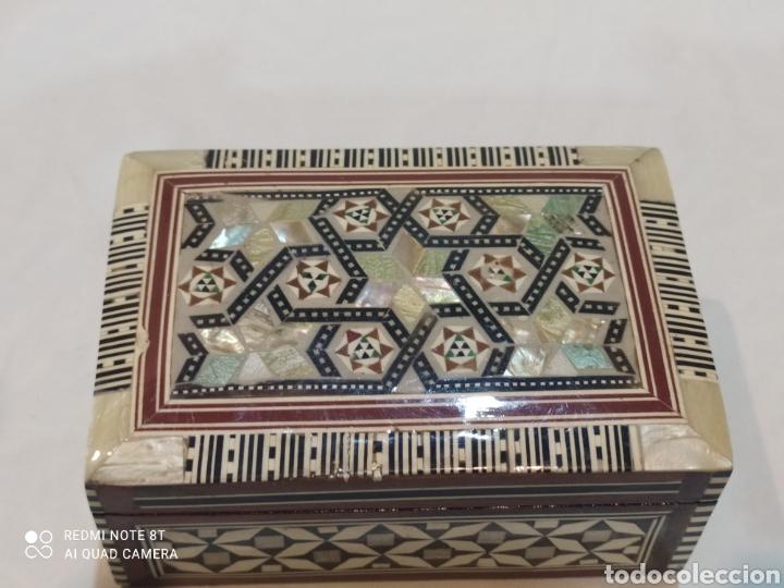 Antigüedades: Preciosa caja joyero antigua de madera de marquetería con incrustaciones en nácar - Foto 3 - 263533925
